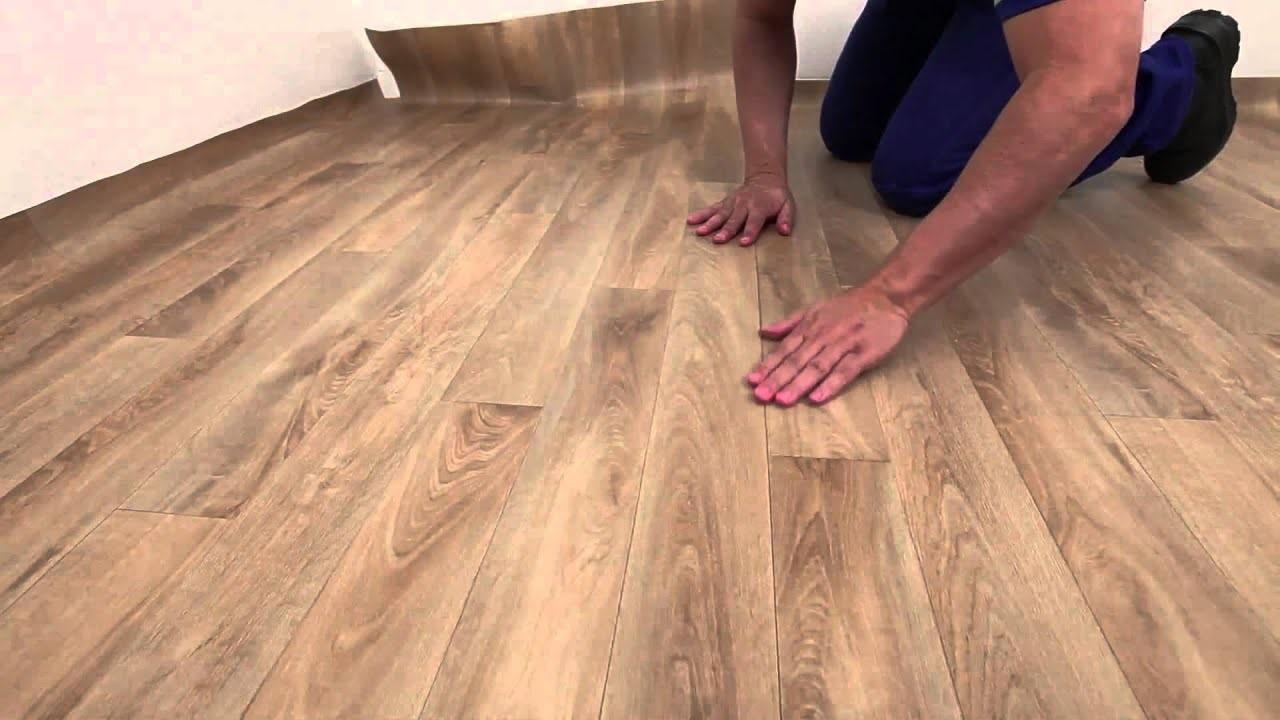 homem instalando piso vinilico beje