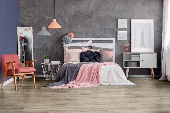 cama rosa e piso vinilico beje