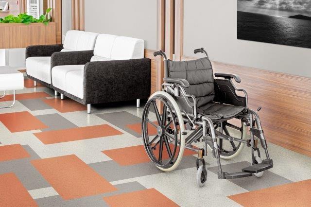 piso vinilico colorido em quadrados e cadeira de rodas