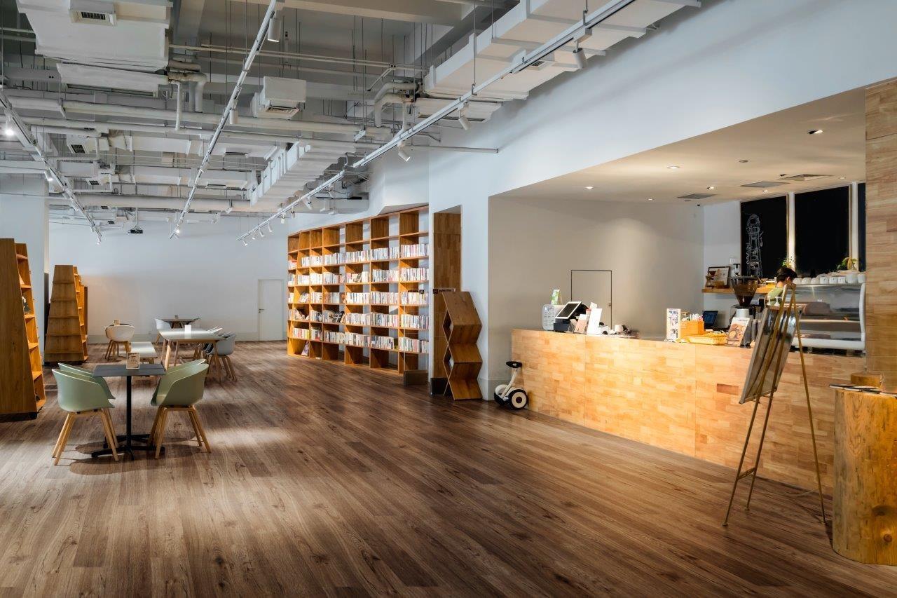 sala com piso vinilico cor de madeira