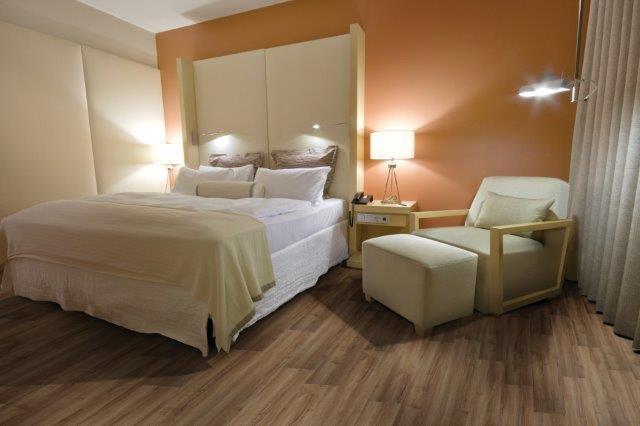 quarto laranja com piso vinilico marrom
