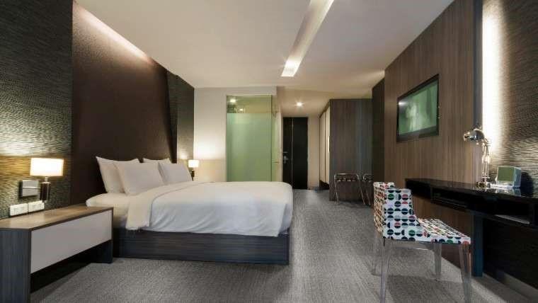 quarto com piso vinilico marrom na parede