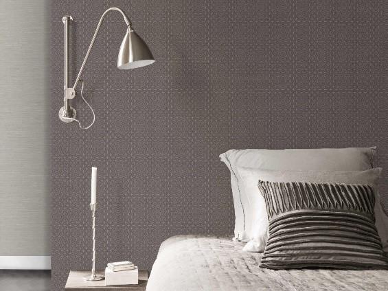 cama branca com lâmpada ao lado, com parede de vinílico marrom atrás