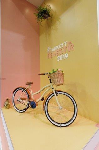 piso vinilico amarelo e bicicleta
