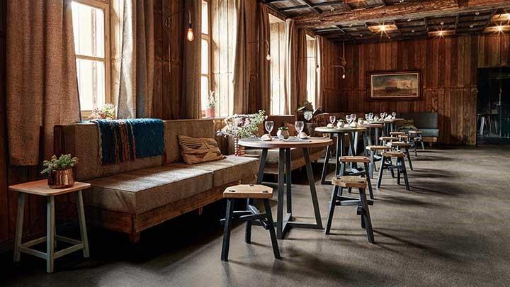 restaurante com piso vinilico cinza