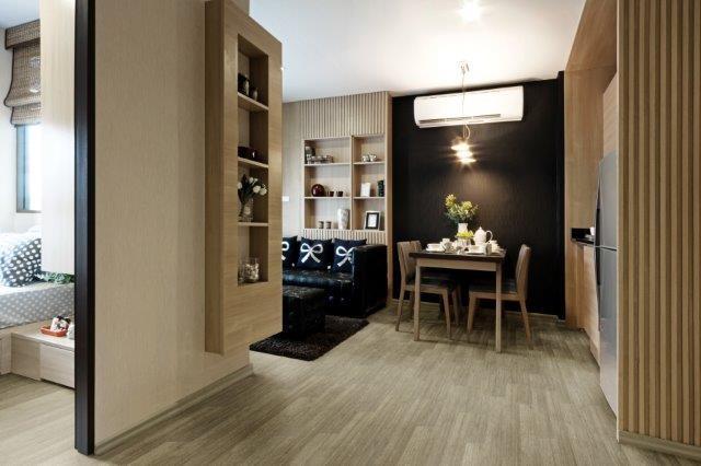 sala de casa moderna com piso vinilico beje no chão