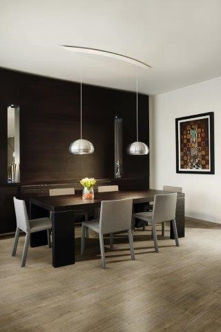 sala de estar com uma mesa e parede preta no fundo e piso vinilico marrom