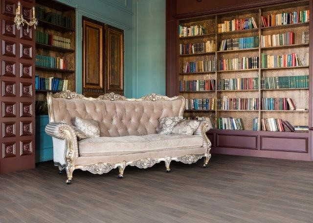 sofa antigo e piso vinilico