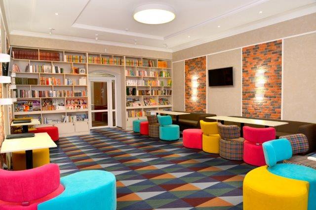 biblioteca-piso-vinilico-geometrico-colorido