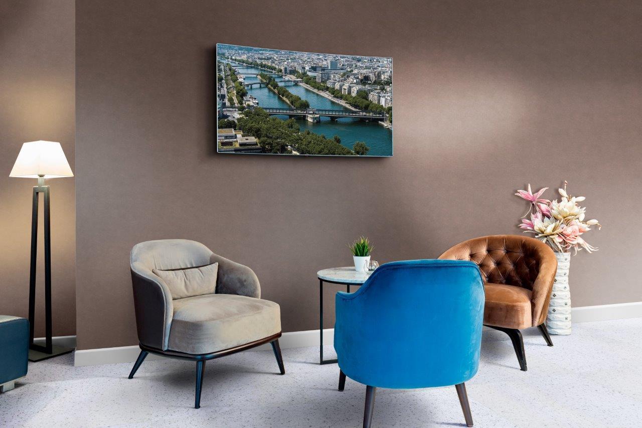 sala-estar-revestimento-vinilico-parede-marrom