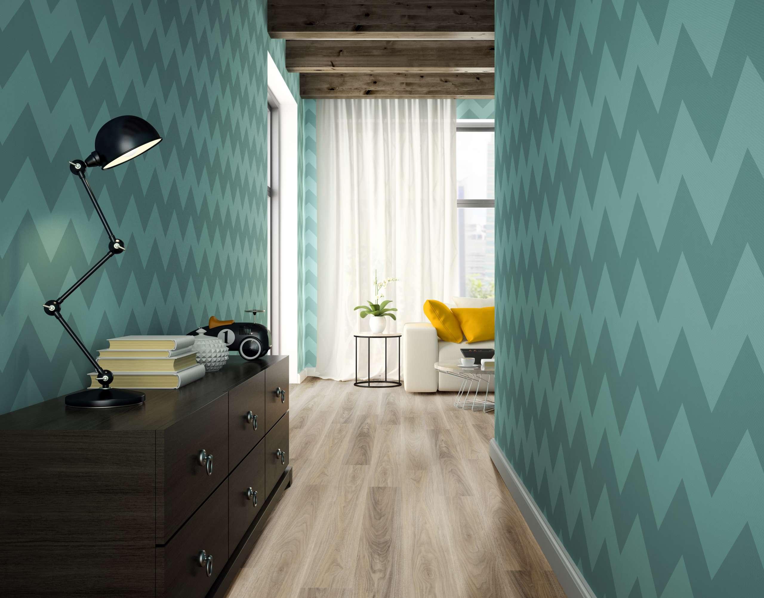 Corredor residencial com papel de parede e piso vinílico amadeirado